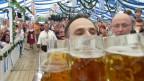 Garçom carrega 27 canecas de cerveja e bate recorde
