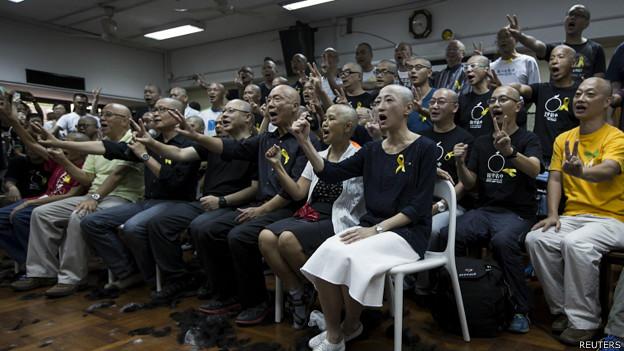陳健民、戴耀廷和朱耀明與其他參與削髮的民主派人士合影(9/9/2014)
