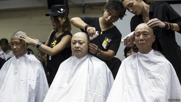 「佔領中環」運動發起人陳健民(左)、戴耀廷(中)和朱耀明(右)在記者面前讓髮型師削髮(9/9/2014)