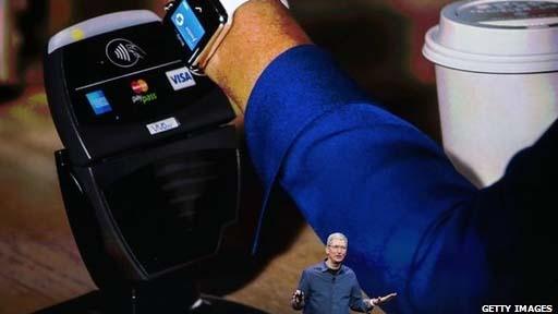 تیم کوک در حال معرفی خدمات پرداخت پول اپل