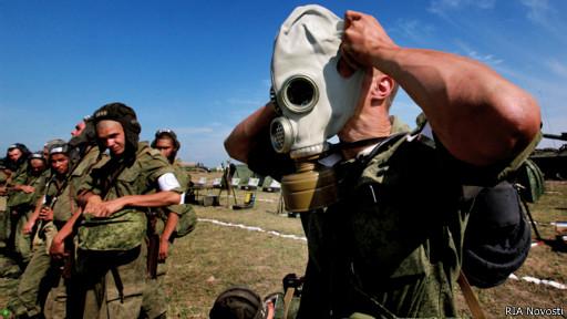 Солдаты надевают противогазы