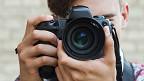 Joven tomando una foto con una cámara digital