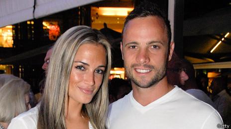 Oscar Pistorius junto a su novia, Reeva Steenkamp