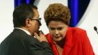 Dilma Rousseff e seu assessor em debate dos presidenciáveis / Crédito: Reuters