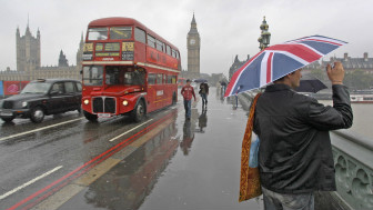 People in rain on Westminster Bridge