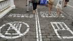 Calle con carril especial para usuarios de teléfonos en Chongqing, China