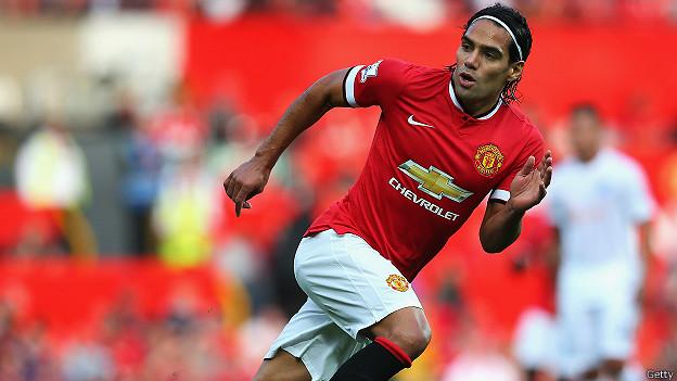 """Игрок """"Манчестер юнайтед"""" в футболке красного цвета"""