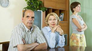 Una joven que acaba de discutir con sus padres