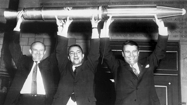 Вернер фон Браун среди американских ученых-ракетчиков