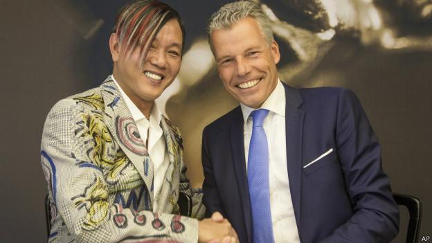 Stephen Hung (izq.) con el gerente ejecutivo de Rolls-Royce, Torsten Mueller-Oetvoes