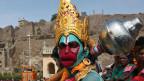 Hombre disfrazado de Hanuman