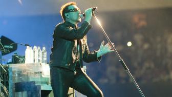 Bono, líder de la banda de rock U2 durante un concierto en México en mayo de 2011. Foto: AFP/Getty