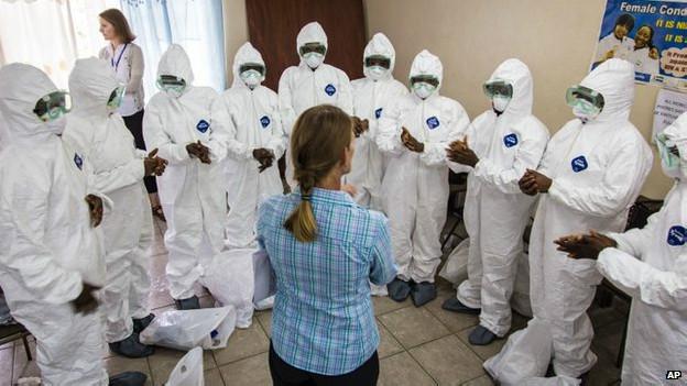 Voluntarios que irán de casa en casa en Sierra Leona.