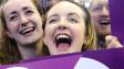 Jóvenes en Escocia celebran la victoria del No
