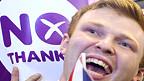 Joven en Escocia celebran la victoria del No