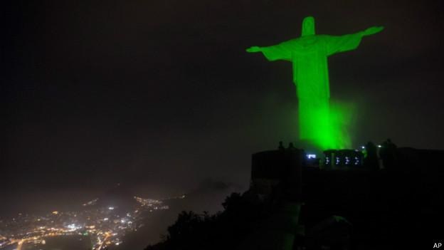 Cristo Redentor iluminado de verde   Foto: AP