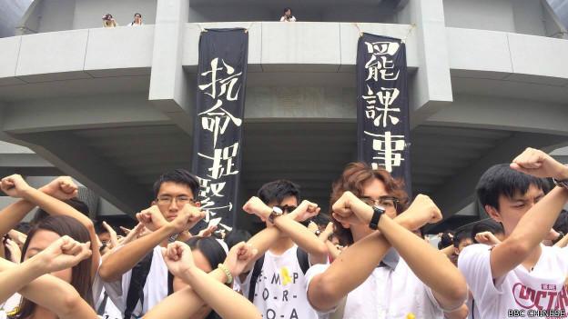 中文大学的医科生在「百万大道」举起双臂交叉手势,宣示罢课的决心。(BBC中文网记者陈志芬摄)