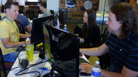 Programadores trabajan durante el Marijuana Technology Startup Weekend en Denver, Colorado