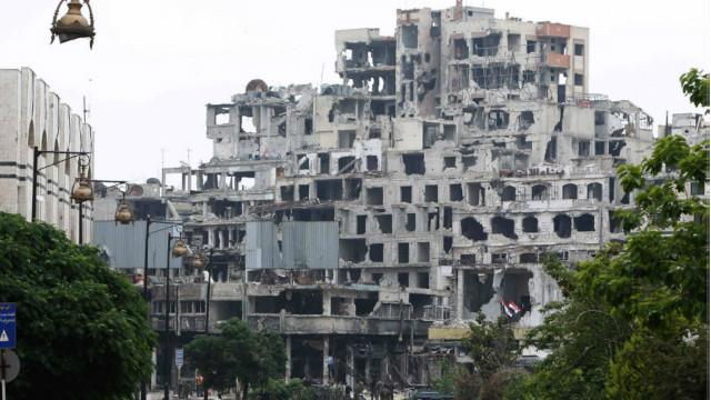 مقتل عشرات معظمهم أطفال في تفجير سيارتين مفخختين بحمص - BBC Arabic