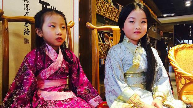 Dos niñas durante una reunión de la  Asociación de Vestidos Han