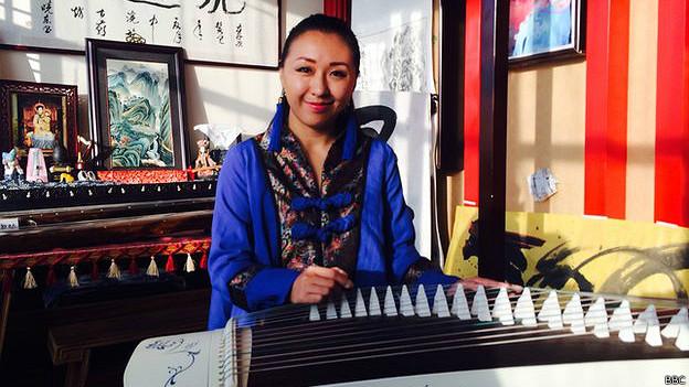 Mujer tocando la cítara