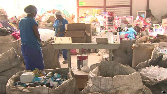 Fechamento de lixão encolheu rendimentos de catadores - BBC Brasil
