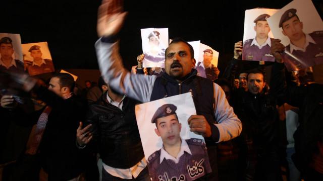 ردود فعل واسعة على مقتل الطيار الاردني معاذ الكساسبة حرقا - BBC Arabic