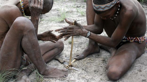Oborígenes creando fuego