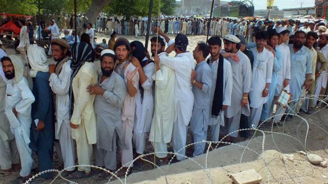 د وزیرستان بې ځایه شويو پېښور کې مظاهره کړې