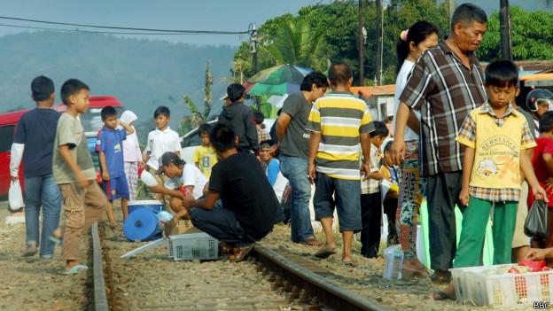 Hasil gambar untuk <a href='https://palembang.tribunnews.com/tag/ngabuburit' title='Ngabuburit'>Ngabuburit</a> di Pinggir Rel Kereta Api