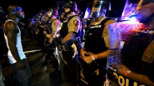 Agentes de policía frente a un manifestante
