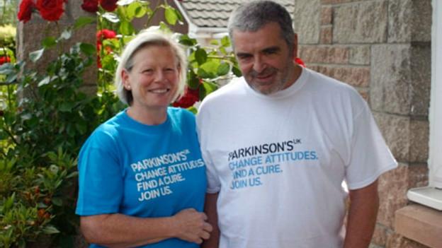 Joy Milne, escocesa que puede oler la enfermedad del Parkinson, con su marido Les
