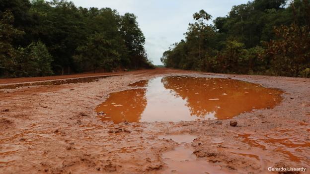 Ruta BR-156 entre Macapá y Oiapoque, en el extremo norte de Brasil.