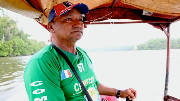 Reginaldo Pena de Moraes maneja una lancha en la que transporta pasajeros entre el pueblo brasileño de Oiapoque y el francés de St.-Georges.