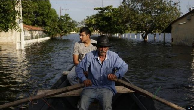 Gente navegando en un bote