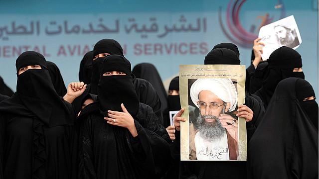 Mujeres manifiestan con la foto de Nimr al-Nimr
