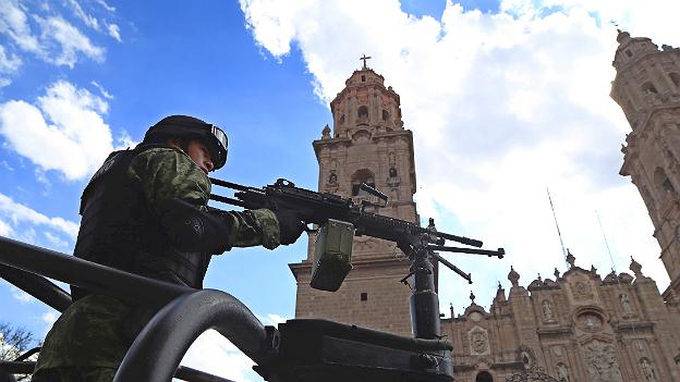 Iglesia en México custodiada por un soldado