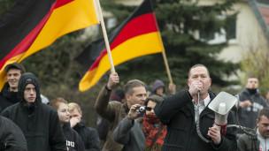 Manifestantes con banderas alemana