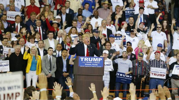 Trump fue criticado por su gentos en los actos de campaña.