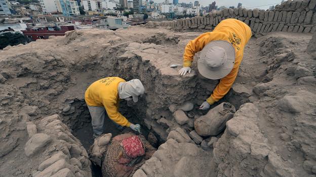 Arqueólogos excavan el sitio de Huaca Pucllana en Lima