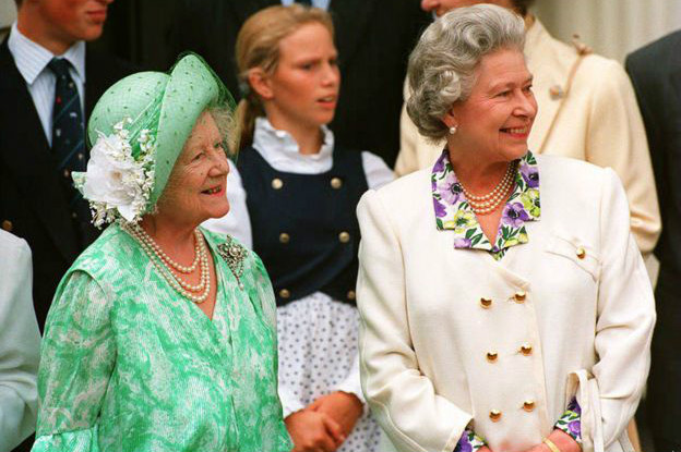 La reina Isabel II y su madre