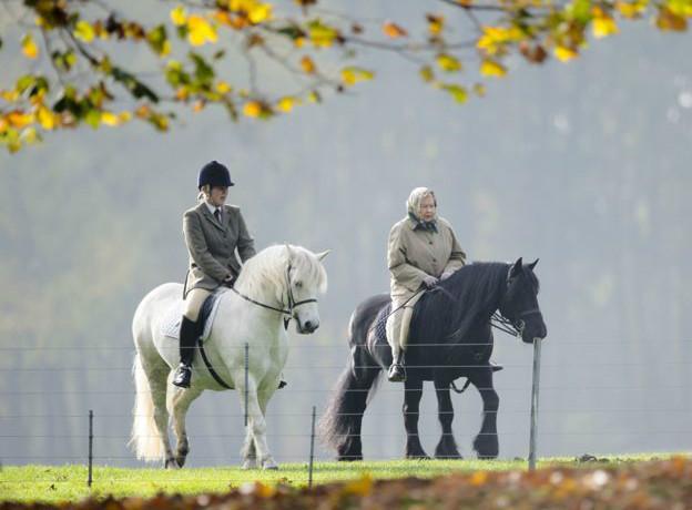 La reina Isabel montando a caballo