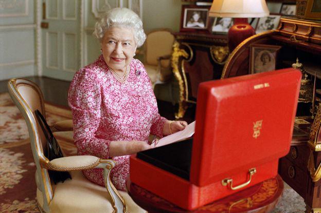 La reina Isabel con su caja roja de documentos