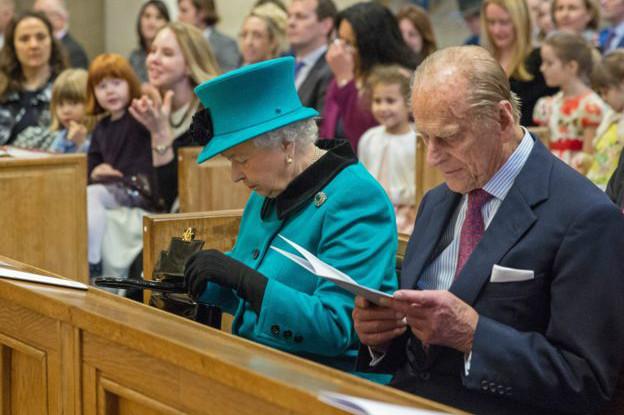 Reina Isabel II en misa