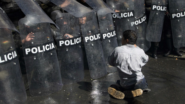 Polisi Bolivia Bentrok Dengan Penyandang Disabilitas