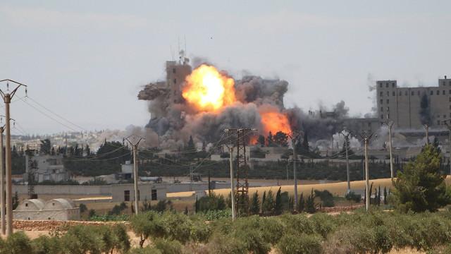 ناشطون: مقتل العشرات في غارات جوية على بلدة القورية شرقي سوريا