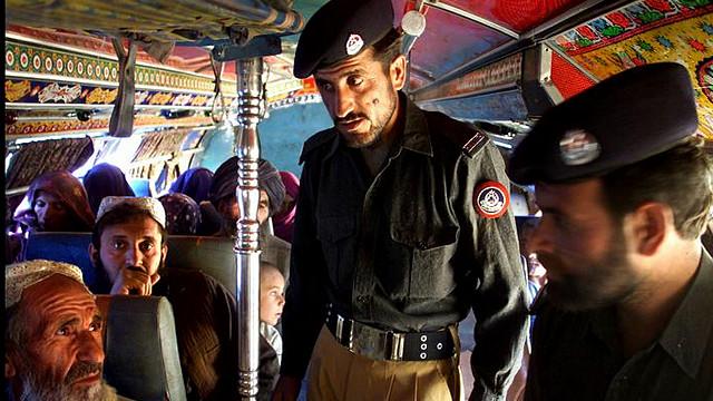 افغان کډوال: پاکستاني پولیس ثبت او ناثبت کډوال نیسي