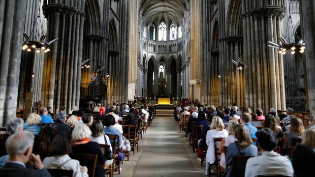 د عکسونو البوم: وژل شوي پادري ته د درناوي وړاندې کولو مراسم