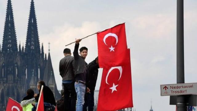 جرمني کې د اردوغان پلوۍ زرګونو خلکو لاریون کړی