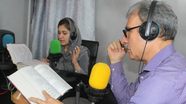 160908230143_khushal_khattak_book_by_daud_junbish_and_zamzama_640x360_bbc_nocredit